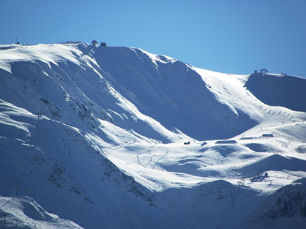 Au matin, à l'ouverture du domaine, traces sur la neige des dameuses de Peyragudes.
